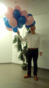 Olav Karulin haiglas lastele mõeldud heeliumipallidega.